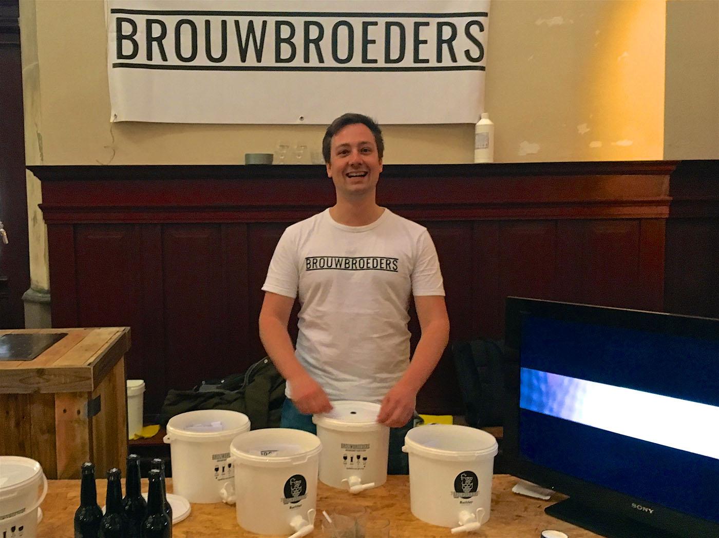 Biertjes drinken en mensen enthousiast maken op het bierfestival