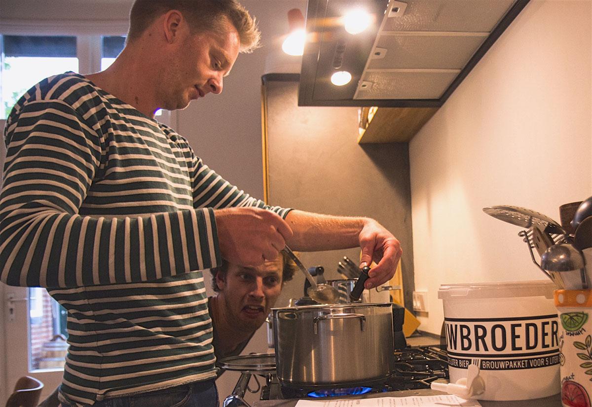 Dirk en Eelke aan het maischen